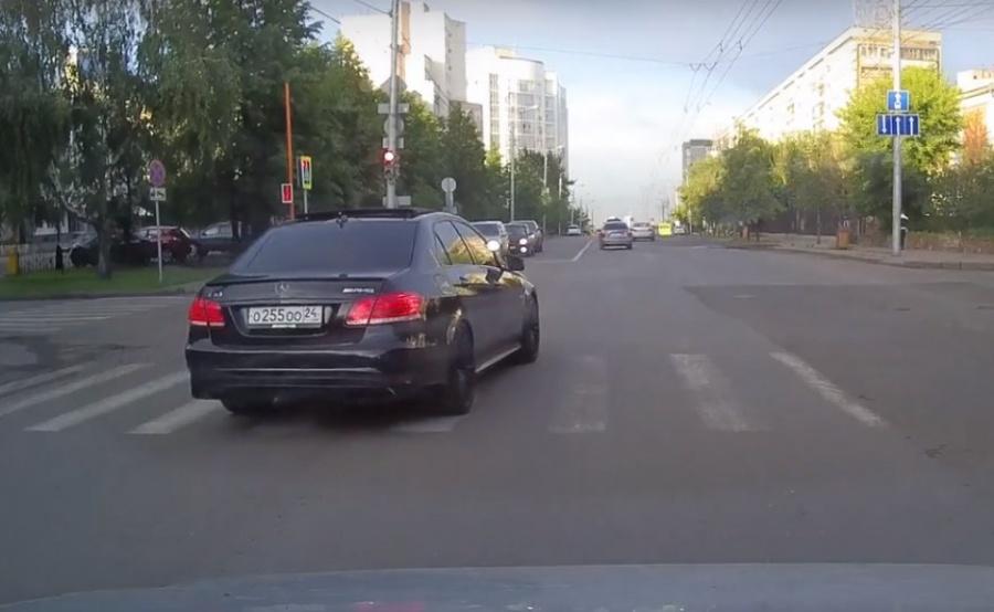 Дорожные полицейские наказали водителя Мерседес-Бенс запроезд «навстречку»