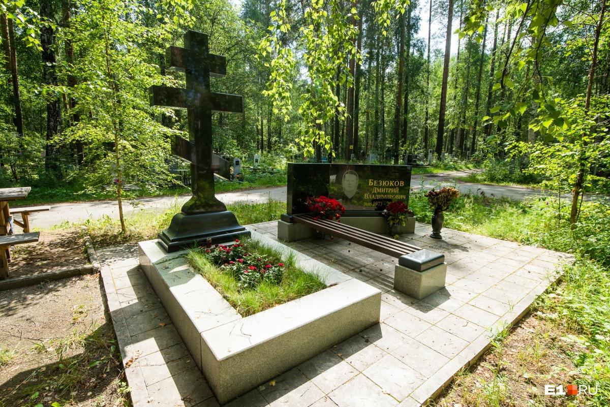 За склепом — еще один такой же крест, но фамилия другая. На могиле — свежие розы