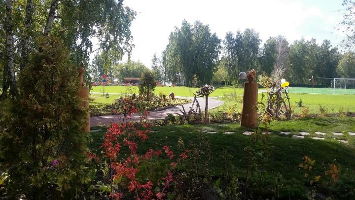 500 новых растений: возле центра соцпомощи на ОбьГЭСе разбили сад