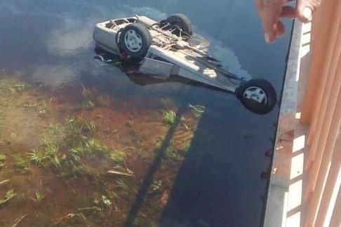 Автомобиль упал в воду на крышу.Фото vk.com/krivodanovkanews