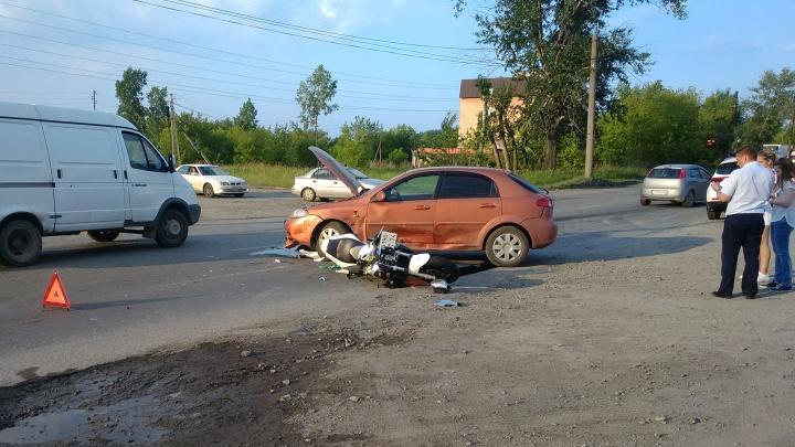 В Челябинске мотоциклист влетел в иномарку, выезжавшую с парковки от ТЭЦ
