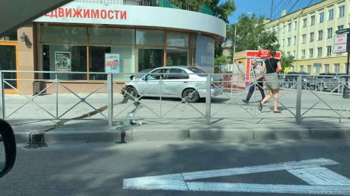 Автомобиль вылетел на тротуар и врезался в магазин на Красном проспекте