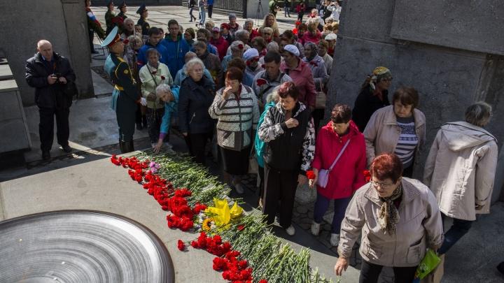 Новосибирцы принесли к Монументу Славы красные гвоздики