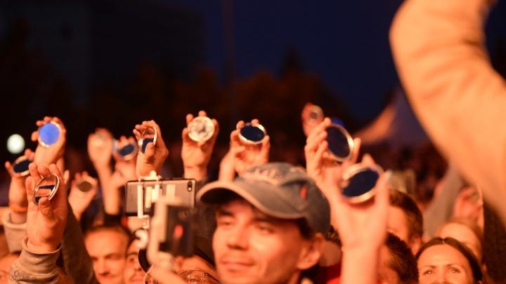 Горожане в конце «Ночи Музыки» поймали в зеркала не «Луч солнца золотого», а прожекторы