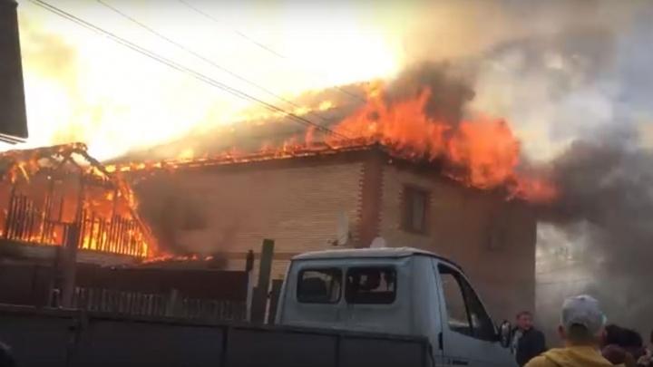 Очевидец страшного пожара в доме, где жила семья с детьми: «Люди стояли, снимали и ржали»