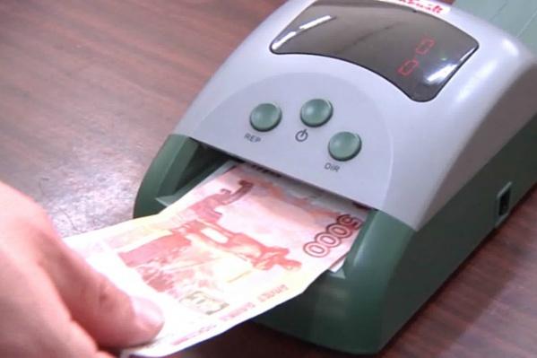 Мужчина купил почти два десятка фальшивых купюр по пять тысяч рублей