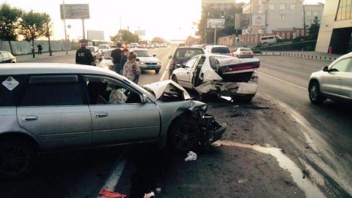 Три автомобиля выстроились в ряд после ДТП на Большевистской