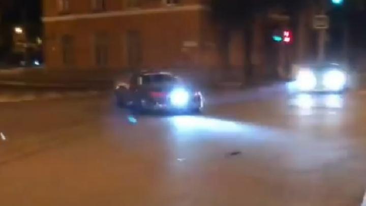 Устроили дрифт у Губернского рынка: в Самаре сняли на видео безумных стритрейсеров