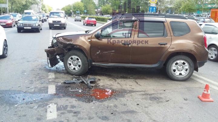 Водитель «Дастера» лихо выкатился под удар малолитражки в центре Красноярска