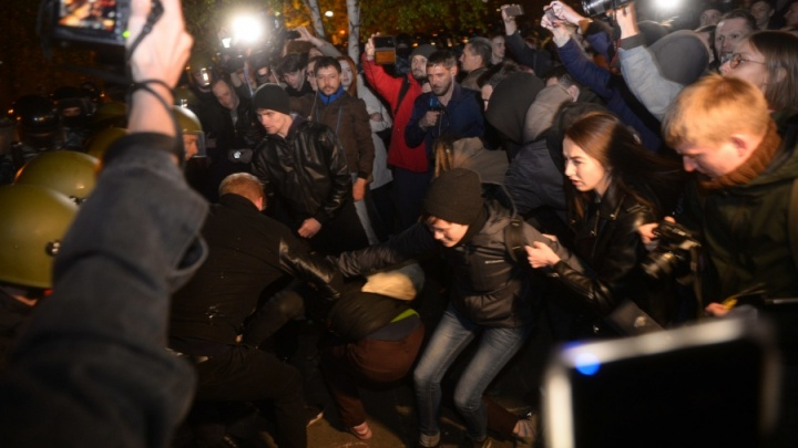Восьми задержанным защитникам сквера у Драмтеатра уменьшили сроки ареста