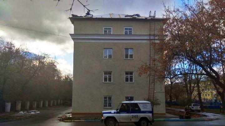 Мужчина забрался на крышу дома рядом с площадью Станиславского: на место приехали силовики