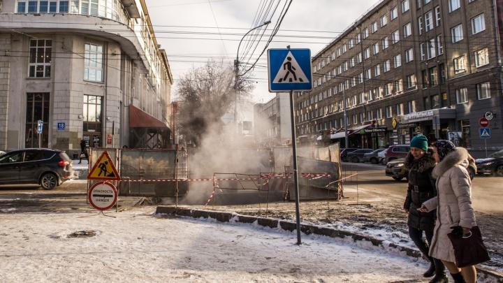 Рабочие раскопали перекрёсток в самом центре Новосибирска