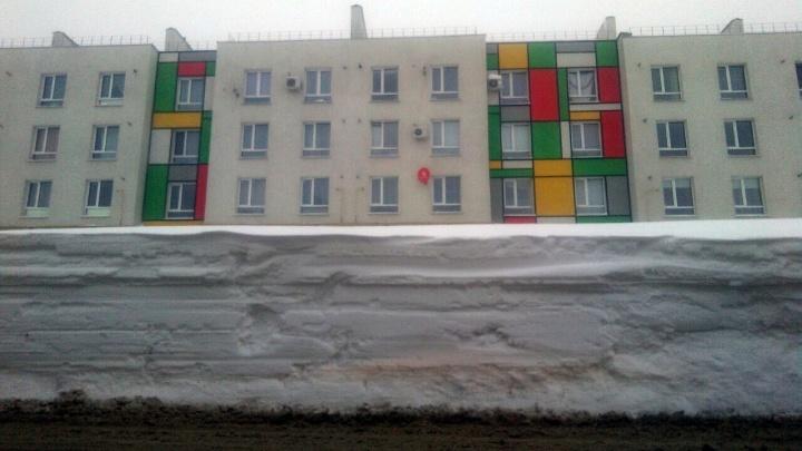 «Коротко о зиме в самарском гетто»: горожане сфотографировали огромные сугробы в Крутых Ключах
