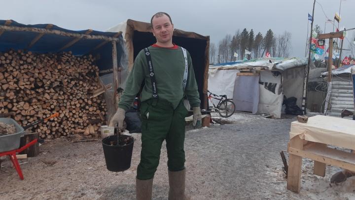 Дежурство на горе и настоящая баня: фоторепортаж о том, как зимуют люди в протестном лагере на Шиесе