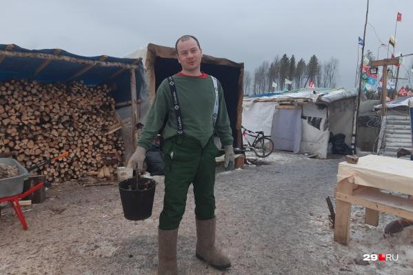 Активист Алексей Ганичев из Архангельска далеко не в первый раз приезжает на Шиес. Он говорит, что всегда пребывает в хорошем настроении