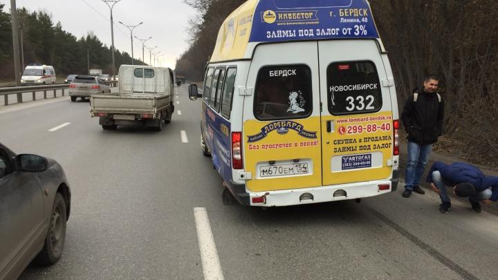 У маршрутки на Бердском шоссе оторвало колёса