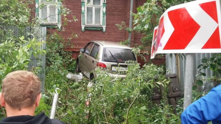 В Ярославле легковушка протаранила забор и влетела в частный дом: фото с места
