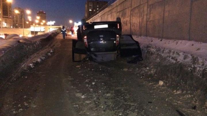 Автомобиль перевернулся на крышу на Ипподромской