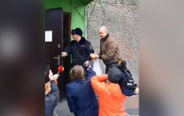 Бритый налысо депутат Волков выслушал обвинение во взятках