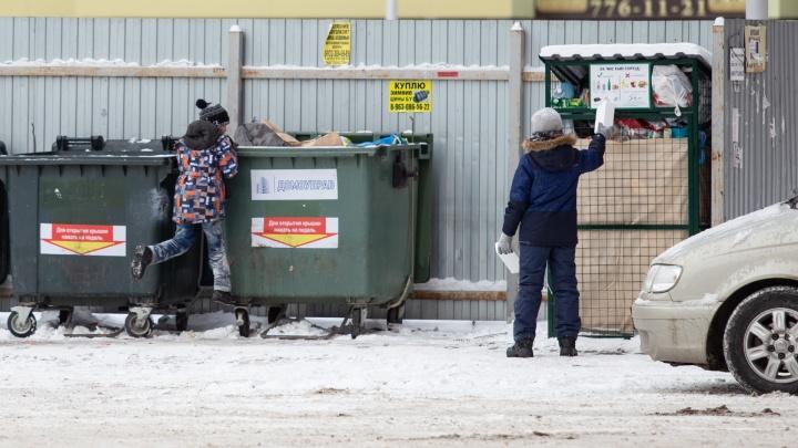 «Почему горят, не понимаю»: за месяц огонь в Челябинске уничтожил больше сотни новых мусорных баков