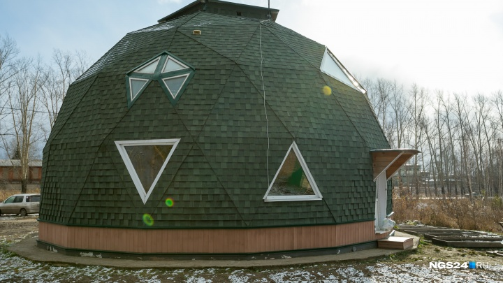 Как живется в круглом доме: смотрим на быт владельцев в первом таком коттедже под Красноярском