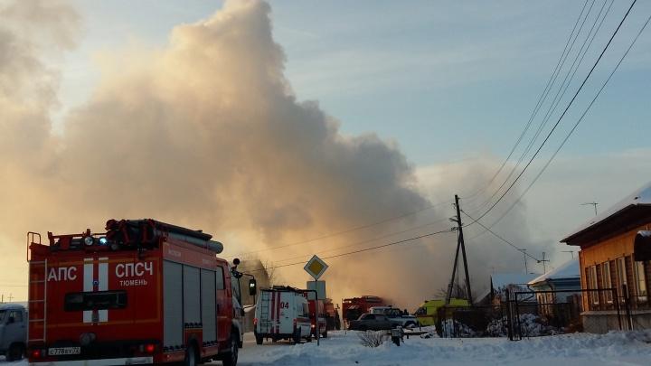 В тюменской Нахаловке сгорел частный дом: хозяйку с ожогами увезли в больницу