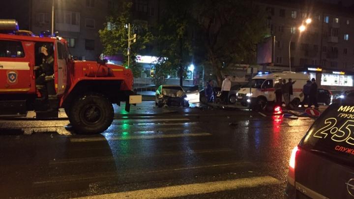 Машина снесла светофор и знак: на Мельникайте таксист не пропустил Hyundai