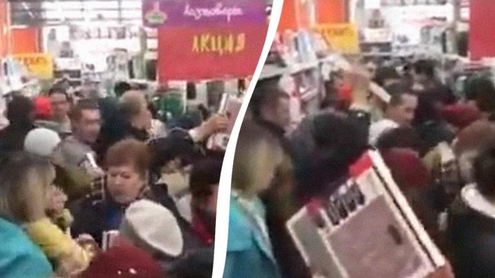 Коробки летели в лицо: самарцы устроили потасовку ради весов за 99 рублей
