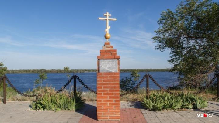 «Ничего святого у людей нет!»: вандалы срезали металлические цепи с памятника защитникам Сталинграда