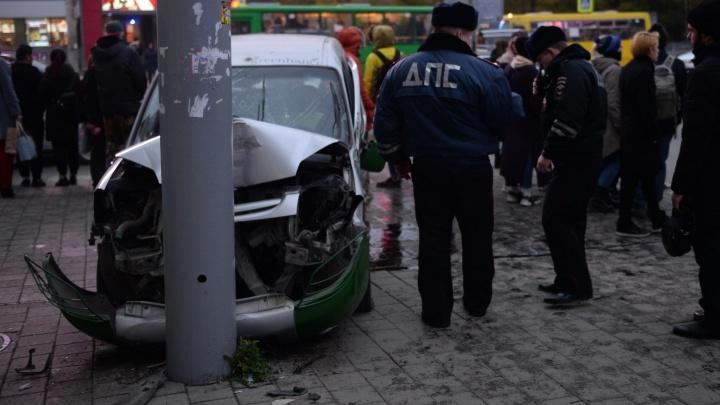 На 8 Марта автомобиль после столкновения вылетел на тротуар и протаранил пешеходов