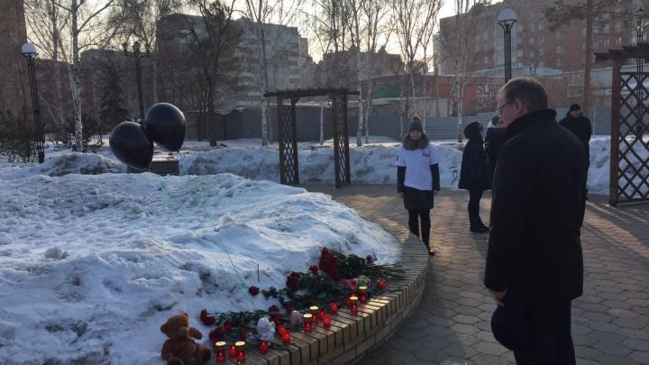 Мэр Омска и глава региона возложили цветы в память о погибших в Кемерово