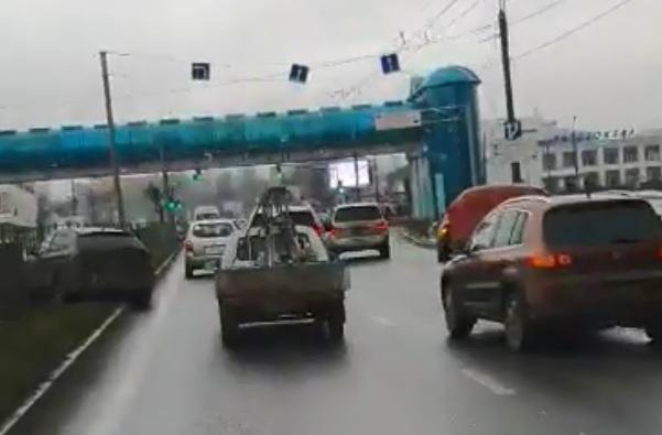 Пробка из-за них: на Московском проспекте машина улетела в забор