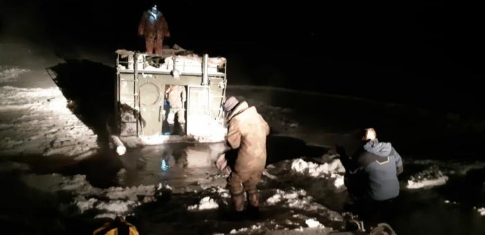 Вездеход провалился под тонкий лёд и сел на мель