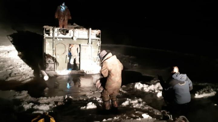 Вездеход с пятью охотниками провалился под лёд: на их поиски выехали спасатели