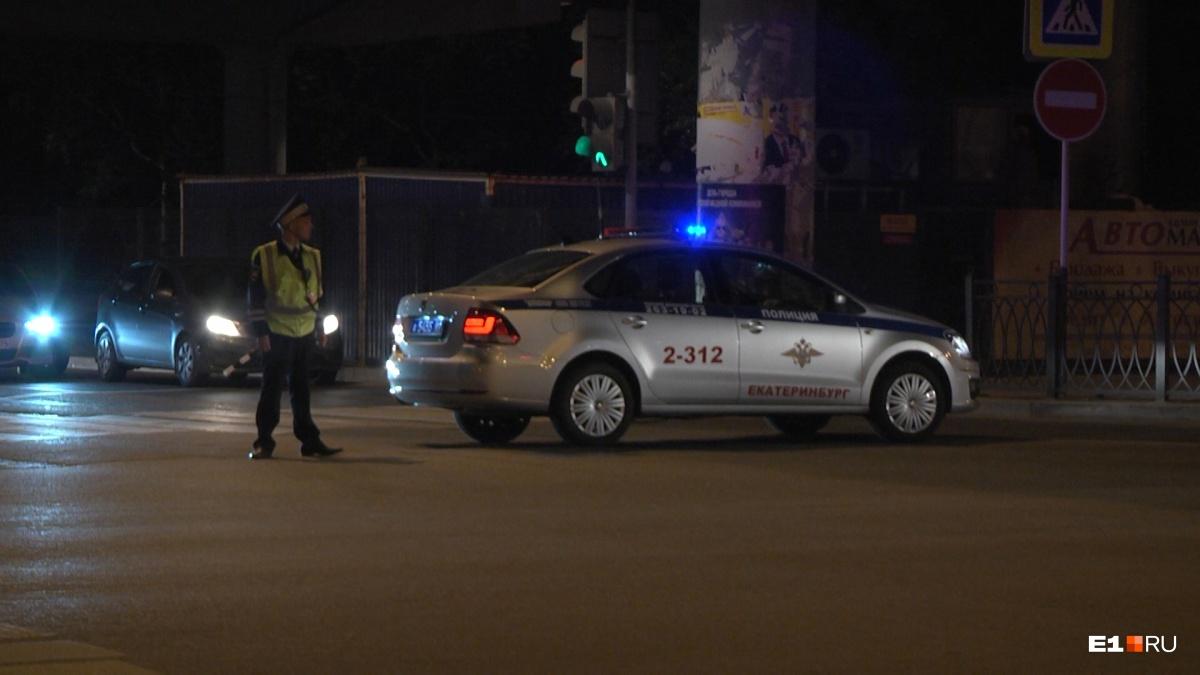 Полицейские перекрывают движение на улицах, где проезжает автопоезд. Читатели сообщают, что в месте его проезда образуются пробки