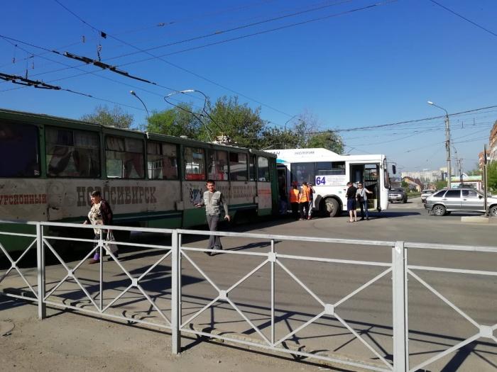 На перекрёстке Станиславского и Вертковской столкнулись автобус и трамвай