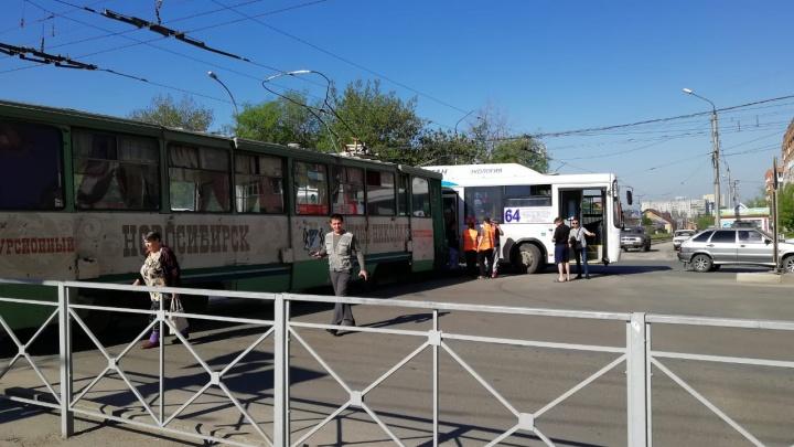 Трамвай и автобус сошлись в ДТП на одном из перекрёстков улицы Станиславского: собирается пробка