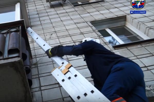 Чтобы вызволить женщину с балкона, спасатели использовали трёхколенную лестницу