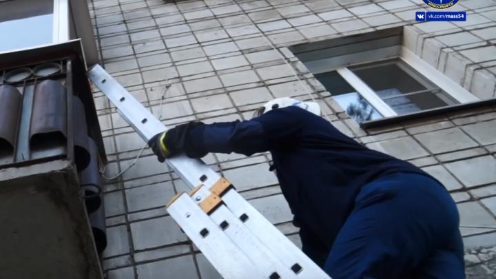 Спасатели сняли с балкона старушку с окровавленным лицом