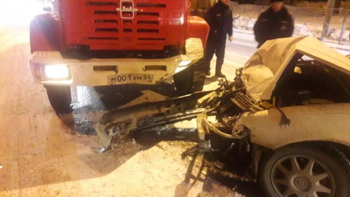 «Ехали на вызов»: в Октябрьском районе «Тойота» врезалась в пожарную машину