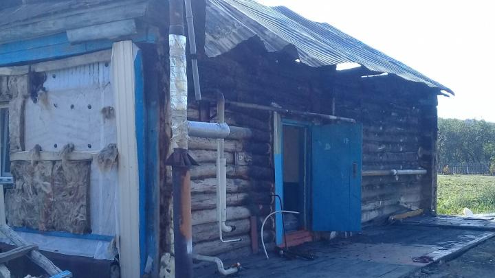 «Три дня живут в бане»: в Башкирии на глазах у соседей сгорел дом, очевидцы сняли пожар на видео