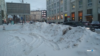 Город заснеженных улиц: новосибирцы жалуются на непроходимые дороги и на горы снега во дворах