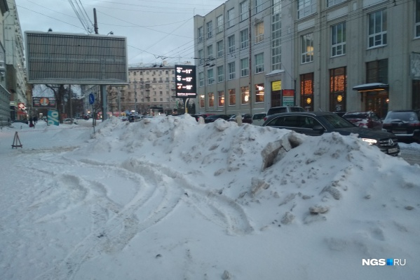 Снежные горы вдоль улицы Советской, а ведь самый центр Новосибирска