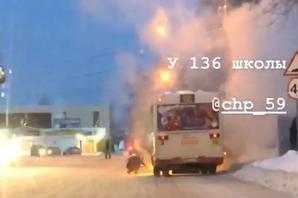 «Людей вывели, все потушили»: в Перми у автобуса загорелась печка
