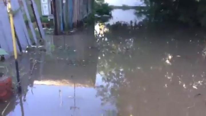 «В доме воды по щиколотку»: из-за проливных дождей в районе Дома обороны топит частный сектор
