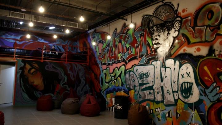 «Ужасненько»: новосибирский бар украсил стены к Хеллоуину цитатами комментаторов НГС