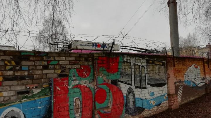 А поговорить? В Ярославле депутаты потребовали остановить снос троллейбусного депо
