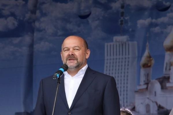«Именно мы сегодня являемся теми, кто приумножит и прославит наш славный город Архангельск», — сказал со сцены Игорь Орлов. «В отставку», — ответили ему из толпы