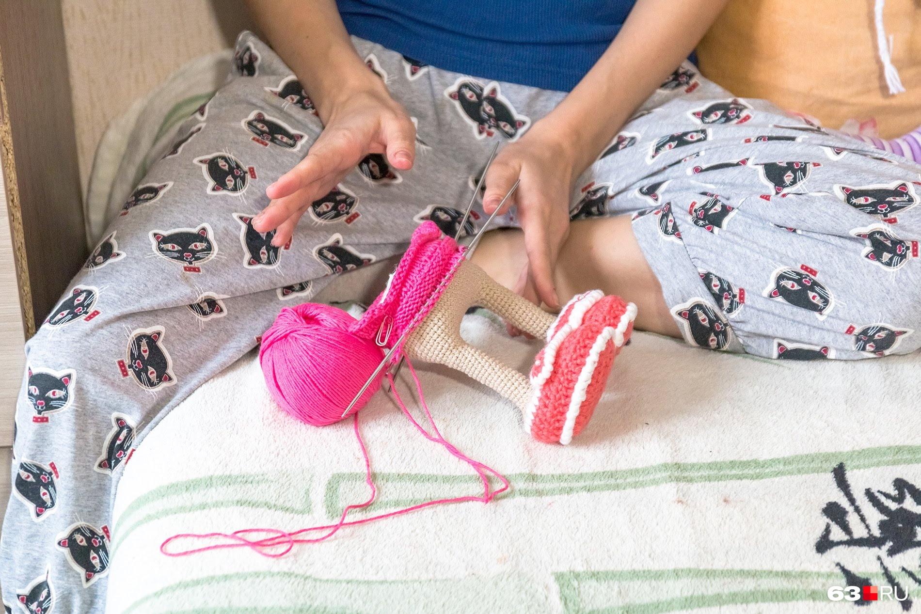 Женя быстро освоила разные техники вязания