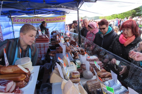 Кроме православных товаров на ярмарке торгуют и продуктами из других регионов и стран
